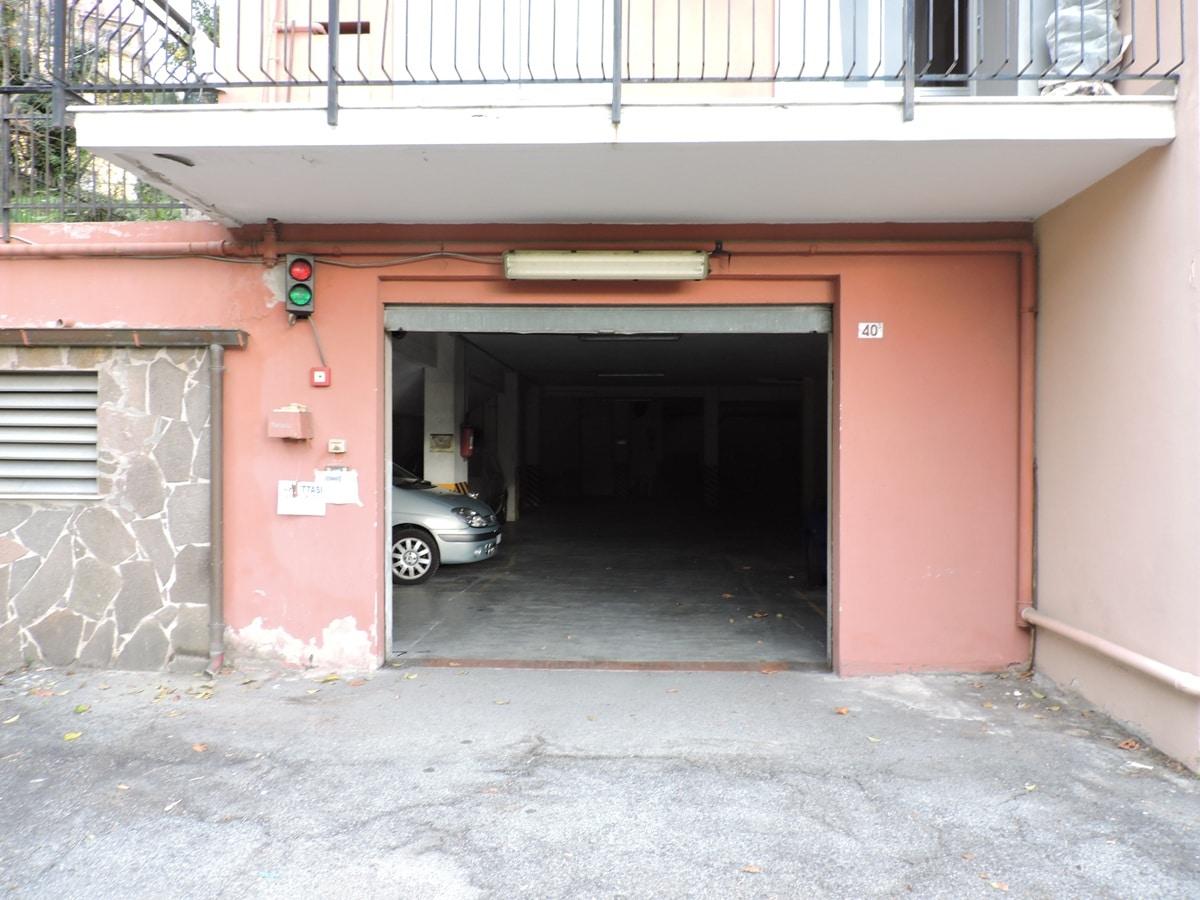 Sampierdarena Via Carrea, vendita BOX AUTO ampio con soppalco e due finestre